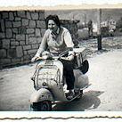 A Gloria Fuertes le encantaba pasear en Vespa