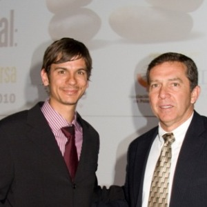 El coautor Miquel Bioque (izq.) recibiendo un premio de la Sociedad Española de Patología Dual