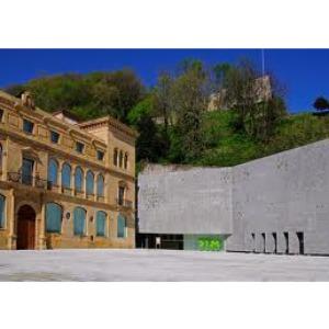 El museo San Telmo de San Sebastián contiene los frescos de Sert, obra intrigante entorno a la cual gira esta novela.