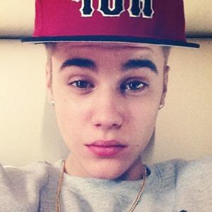 Justin Bieber es un cantante canadiense de pop que saltó a la fama en 2008 cuando un ejecutivo de la industria de la música, llamado Scooter Braun, le descubrió al verle accidentalmente en unos vídeos en YouTube.