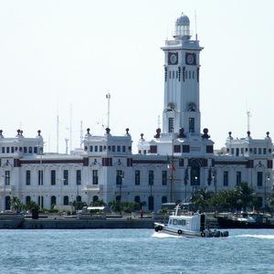 El faro Venustiano Carranza del puerto de Veracruz, visto desde el mar.