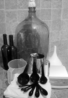 Los materiales para hacer vino de frutas pueden ser conseguidos en cualquier cocina
