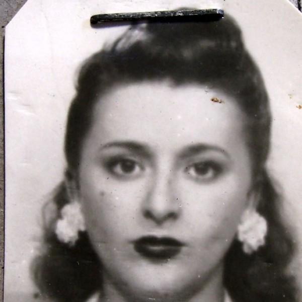 """Esta guapa muchacha es la judía polaca Dora Poch. Tras escapar del nazismo cruzando a pie los Pirineos con su familia acabó en la Prisión de Figueras por """"paso clandestino de fronteras"""". Logró salir y se estableció como cabaretera en Barcelona h"""