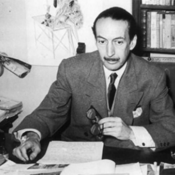 César González-Ruano frente a su mesa de trabajo, aunque normalmente acudiera a escribir al Café Gijón.
