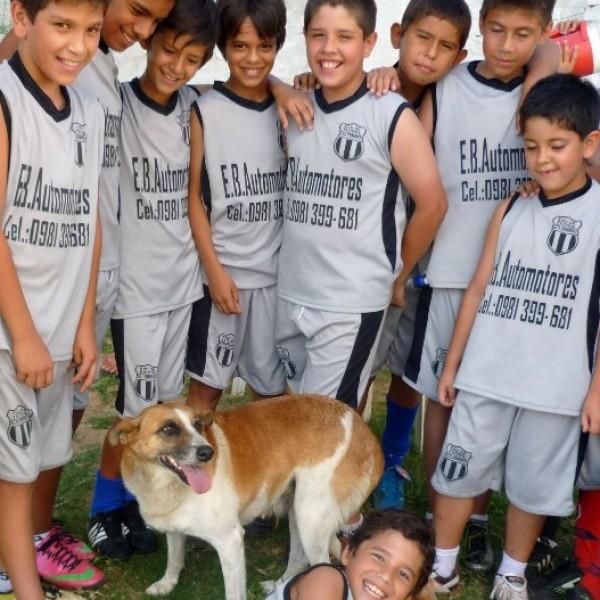 """Club de futbol: """"12 de octubre"""" categoría infantil (de 5 a 13 años) de Asunción- Paraguay. Con su mascota MIKA."""