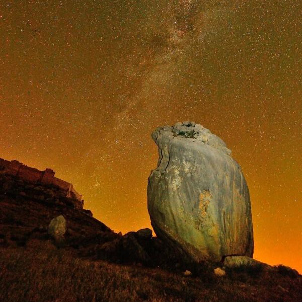 Paisaje nocturno con castillo y roca con forma de pájaro con la Vía Láctea como fondo. Fortaleza califal de Gormaz (Soria).