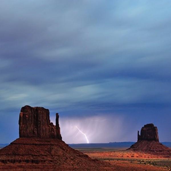 Fotografía nocturna de paisaje con rayos. Arizona (EE. UU.).
