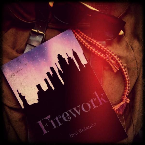 La novela Firework escrita por Ibai Rolando sobre una mochila y junto a unas gafas de sol.