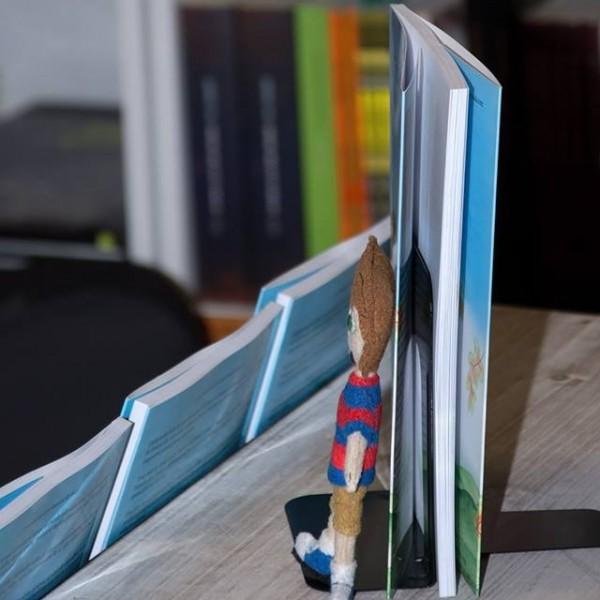 Imagen de Carlos, protagonista del cuento Todo está en Nada, fabricado en fieltro, durante un momento de la presentación del libro en Barcelona, en febrero de 2014.