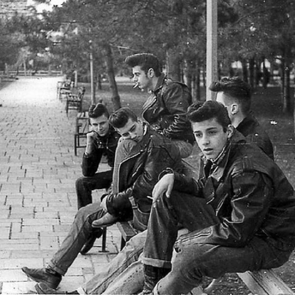 Tupés, chupas de cuero, zapatos de punta y el rock and roll de los años cincuenta.