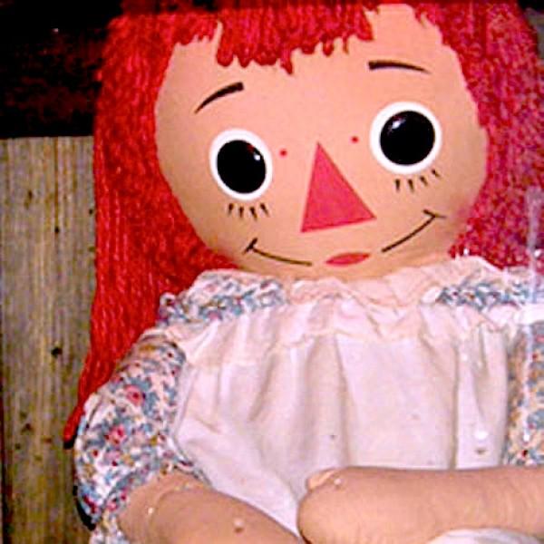 Annabelle es la muñeca diabólica de trapo encerrada en su urna para que no pueda hacer daño