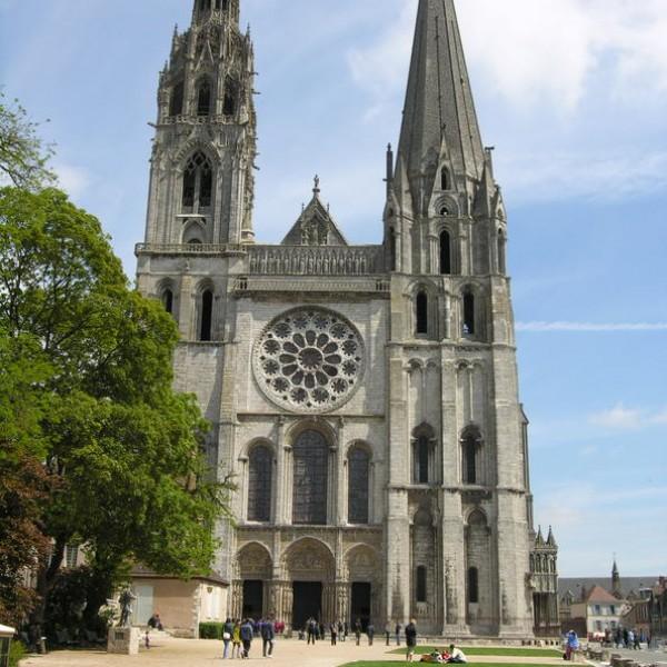 Vista de la fachada de la catedral.