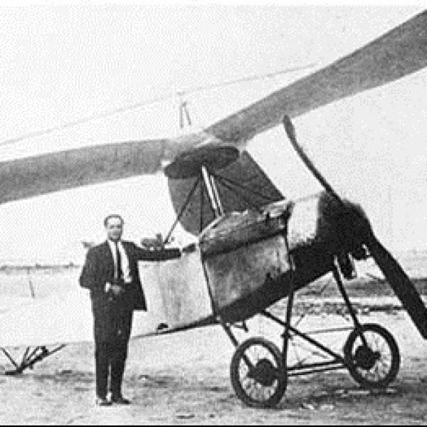 El ingeniero español Juan de la Cierva con el antecesor del helicóptero, el autogiro.