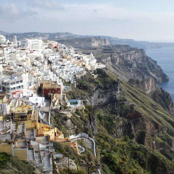 Santorini, joya de las islas Cycladas. Pueblo mediteráneo colgado sobre el acantilado con vistas a la Caldera y al mar Egeo. Grecia.