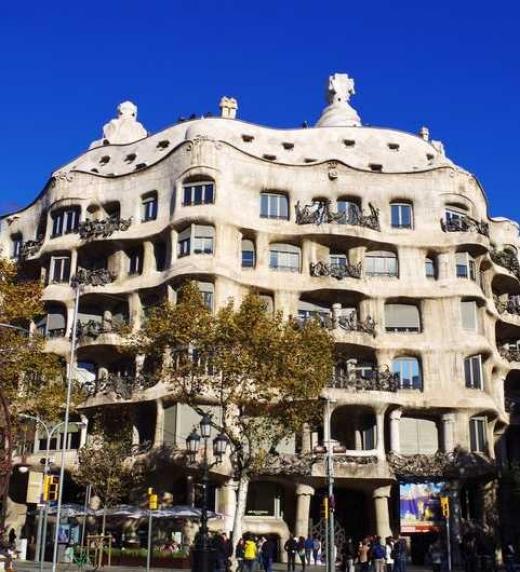 La casa Milá, conocida como la Pedrera, es una de las obras consagradas más universales del arquitecto modernista Antonio Gaudí y aparece en Ciudades desde el cielo como uno de los edificios más destacados de Barcelona.