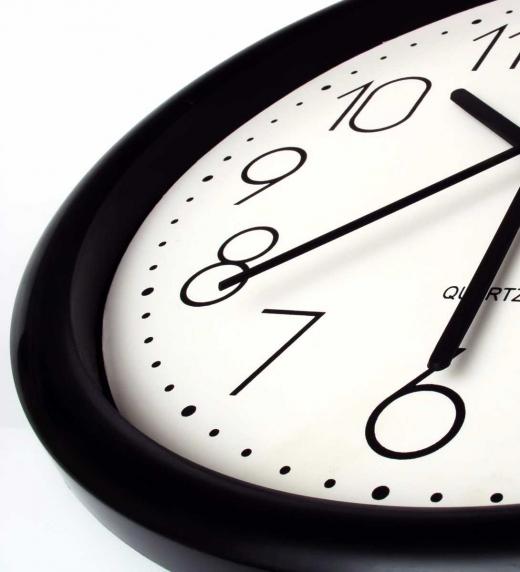 El reloj marca el paso del tiempo  John Lydian