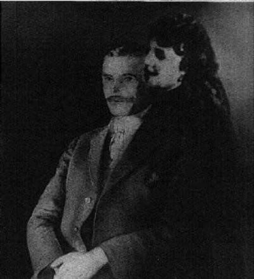 Fotografía del Dr. Leslie R. Stone, tomada en febrero de 1920 en el estudio del Sr. William Keeler en Washington, D.C. El Dr. Stone llegó a ser un estrecho colaborador del Sr. Padgett, y a menudo estaba presente cuando Jesús y sus colaboradores cele
