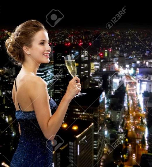 Julia es una mujer bellay con clase, cuyo principal objetivo es lucir las joyas más impresionantes en sus fiestas