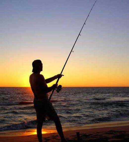 Javier es un pescador de un pequeño pueblo costero de Cádiz, que acaba cediendo a contestar las preguntas si, a cambio, le conceden un deseo por cada respuesta