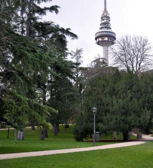 Este libro, Círculo cerrado de Conchi Aragón, se desarrolla en Madrid. El parque de la Fuente del Berro y el Pirulí, se mencionan en varias ocasiones.