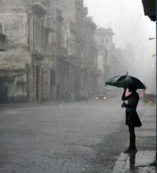 Un personaje espera bajo la lluvia