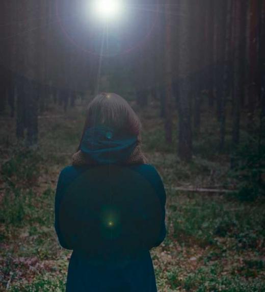 """La soledad de la protagonista de """"Sombras en el jardín""""."""