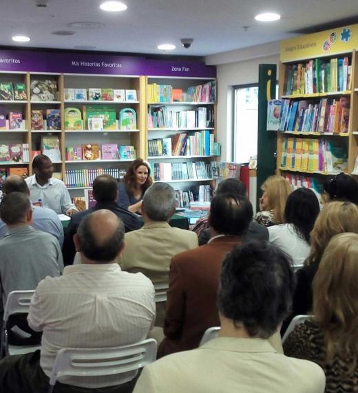 Instante de la presentación de La Hermandad de Doña Blanca en Casa del Libro Fuencarral, Madrid.