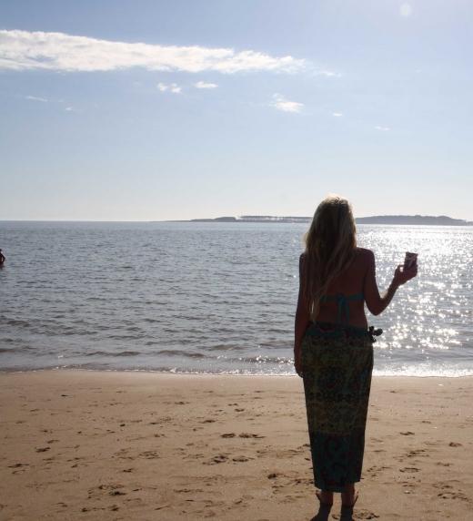 Hilaria mirando el mar en Punta del Este, su ciudad preferida de Uruguay.