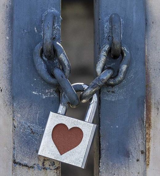 """Puerta con candado y corazón, relacionada al poema """"Cautivo"""" del libro que lleva el mismo nombre."""