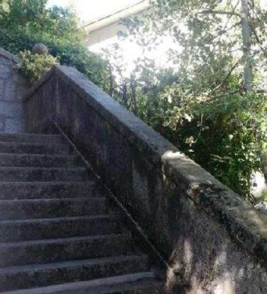 Escalera de piedra de la terraza de la casa de Paco, donde Miguel y sus tres amigos jugaban al mus antes de decidirse a secuestrar a un político corrupto.
