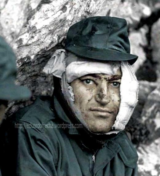 soldado herido de la RI Mec 7 durante el combate del Monte Longdon
