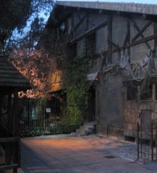 Fachada del Viejo Caserón de noche.