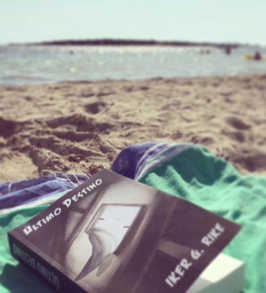 Último Destino día de lectura en la playa.