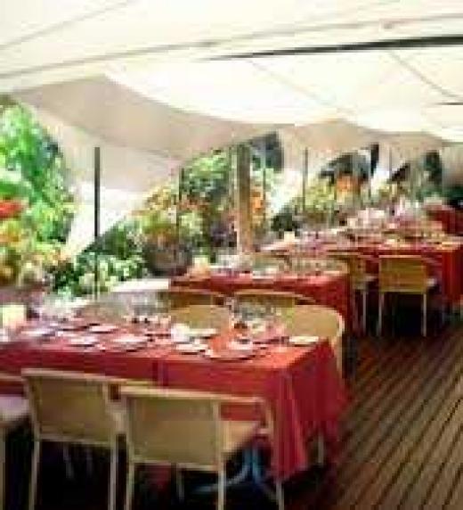 El restaurante La Balsa de Barcelona es uno de los escenarios de Lucía y Venus. En este lugar Gera le lee en voz alta a la ciega Lucía uno de sus relatos más eróticos.