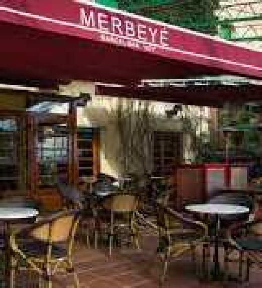 La bonita coctelería Merbeyé, situada en la ladera del Tibidabo y con unas vistas preciosas de la ciudad de Barcelona, es uno de los escenarios en los que transcurre este audiolibro.