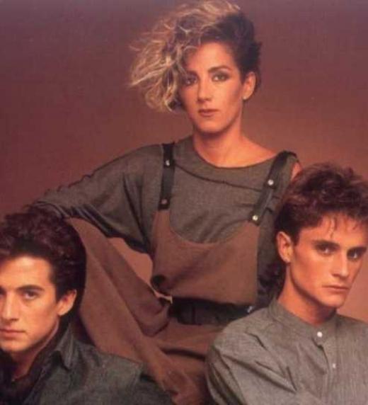 MECANO es el grupo español que más discos ha vendido en la historia. ¿Quién no ha escuchado alguna que otra vez sus canciones? Hoy no me puedo levantar, Perdido en mi habitación, El 7 de septiembre, Hijo de la luna o Cruz de navajas. Mecano ha mar