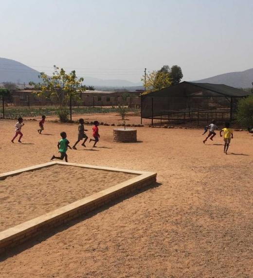 Niños jugando en el club de fútbol de Gabriel, Edward y William en Lebowakgomo.