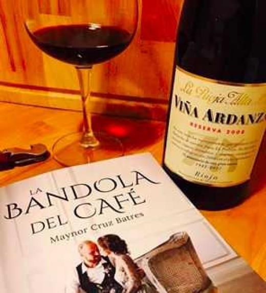 El lector Luis del Águila compartió con el autor de la novela la foto del momento en que la empezó a leer y autorizó su uso promocional.