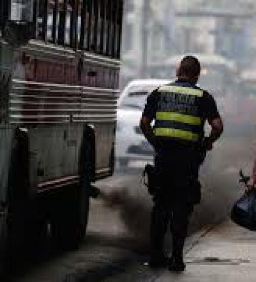 El policía se traga el humo negro