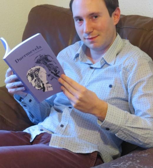 """Carlos Gamissans, autor de la novela """"Duermevela"""", sostiene la edición en papel."""