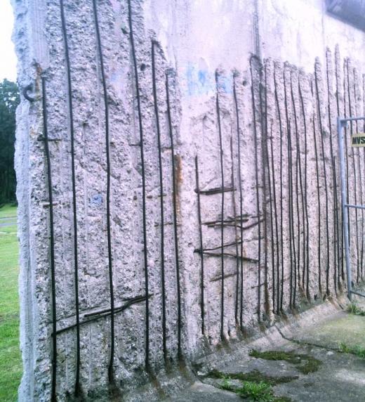 La noche que cayó el muro yo estaba lejos...