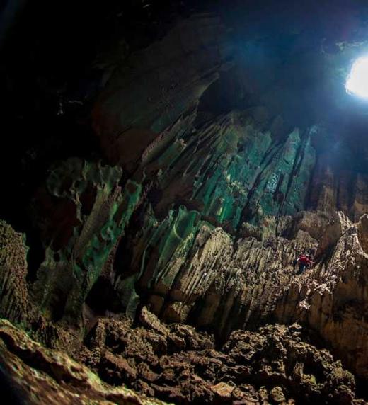 Esta cueva es la que visita Dave el padre de Alex, de profesión entomólogo, tras su búsqueda en Sarawak, Isla de Borneo.