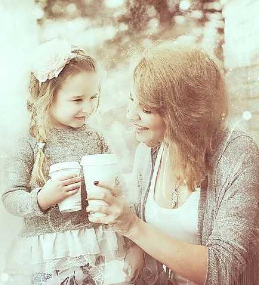 Mamá con su hija tomando una bebida.