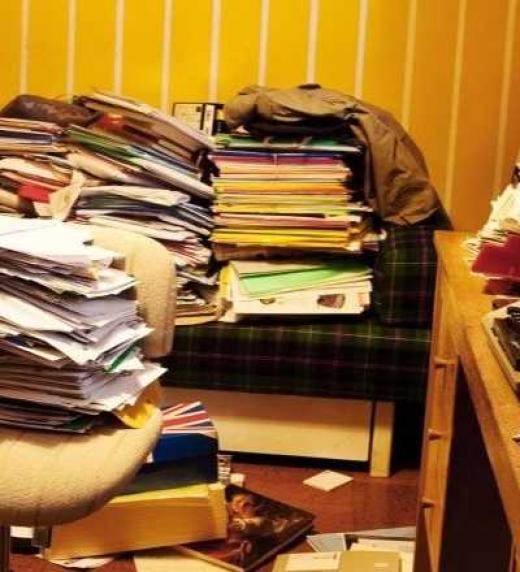 Habitación abarrotada de manuscritos, libros y dibujos, producto de la genialidad de Julio
