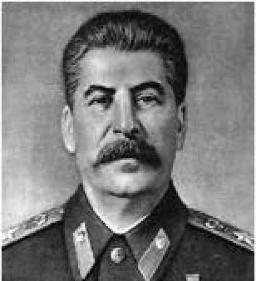 Iósif Vissariónovich Dzhugashvili, más conocido como Iósif Stalin, dictador soviético, secretario general del Comité Central del Partido Comunista de la Unión Soviética. Forma parte de la Alianza que derrota a Hitler.