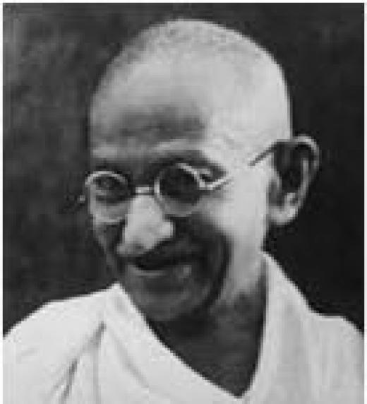 Mahatma Gandhi, desde 1918 perteneció abiertamente al frente del movimiento nacionalista indio. Instauró métodos de lucha social novedosos como la huelga de hambre, y en sus programas rechazaba la lucha armada y realizaba una predicación de la áhimsa