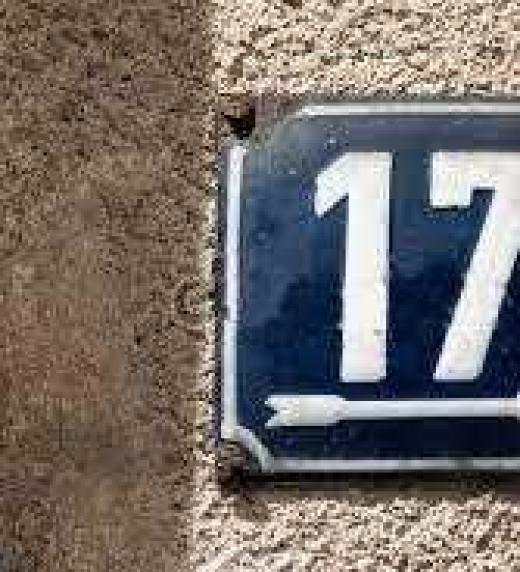 """El timbre está debajo de la chapa con el número diecisiete, lo oprime con tambaleante decisión y, lo que es más audaz aún, se juramenta: """"Si me responden y se abre la puerta, entro"""""""