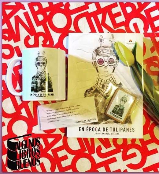 """Taza, marcapáginas, galleta, novela y tulipán amarillo, recogidos por """"Algunos libros buenos"""" en la presentación del Casino Gran Vía de Madrid."""