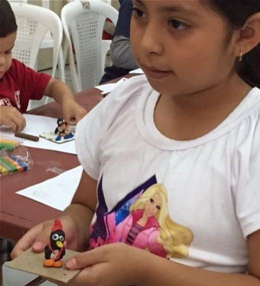 Oscar Kein Cornejo desarrolla los talleres de dibujo y modelado y los chicos se llevan sus creaciones a casa.