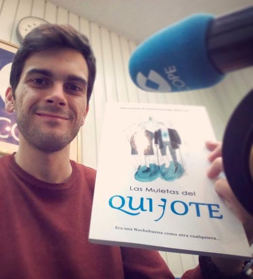 """David Hidalgo Moreno, muestra su libro """"Las Muletas del Quijote""""a cámara, en una entrevista por Rut Guerrero en la COPE."""
